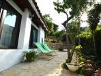 El Patio de las Hortensias - exterior del dormitorio - con sus tumbonas y vistas al jardin