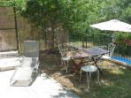 Il Giardino Privato con tavolo e sedie in ferro battuto