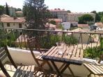 La terrasse donne sur un espace dégagé très calme. Au loin, le quartier Boutonnet et le Crous