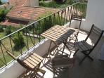 La terrasse donne sur un espace vert au calme