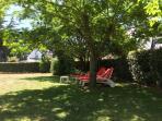 4 chaises longues pour des bains de soleil...