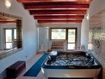 Zona relax: Jacuzzi a 6 posti e doccia multifunzione