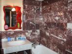 vue de la salle de bain équipée en marbre dans l'appartement B43/4e étage