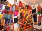 vue d'une boutique d'articles en cuir dans la médina de Marrakech