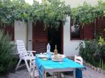 giardino con tavolo per pranzo