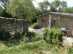 Vue de la cabane, entrée est. Un grand abris en bois flotté   Pour se reposer à l'abris du soleil.