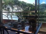 La terrasse avec sa vue sur l'océan et le jardin tropical