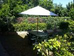 Giardino privato con tavolo sedie e ombrellone