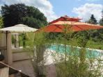 grande terrasse avec piscine