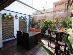 terraza de 20 m2 con toldo abatible, ducha exterior, posibilidad de conectar plancha para cocinar
