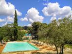 Entre oliviers et bastide, le bassin de 72m²