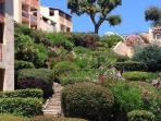 Vue sur le vaste parc méditerranéen depuis les appartements.