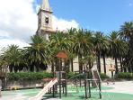 Iglesia de Sto. Tomás y parque infantil