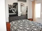 Dormitorio 2 en planta principal, con cama doble, armario empotrado y aire acondicionado