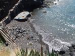 Tabaiba tiene la típica playa de Tenerife de canto rodado.