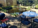 Terrasse avec bassin de jardin:  Au chalet d'Isa.