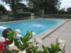 La piscine est dans le pré