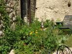 Coin repos au soleil dans le jardin clos de murs