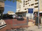 Parque de estacionamento privado, do prédio, sem lugares marcados.