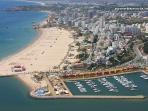 Vista geral da localidade Praia da Rocha, da praia e da marina.