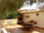 Terrazza attrezzata (barbecue + zona solarium).  Vista montagna-giardino
