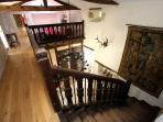 Escalier desservant la mezzanine et les trois spacieuses chambres de l'étage.