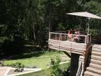 Sur le terrasse côté parc, en parfaite connexion avec la nature