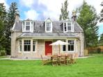 COILLE GHLAS, in Cairngorms National Park, open fires, parking and garden, in Nethy Bridge, Ref 17242