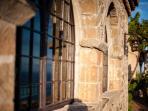Particolare di finestra esterna in pietra e colore classico delle case del borgo