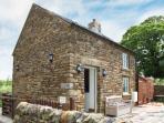 OLD SCHOOL HOUSE, pet-friendly, woodburner, bike storage, near Longnor, Ref. 925742
