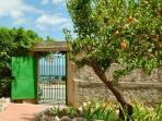 il cancello del giardino che dà sulla spiaggia