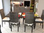 Coin repas : 1 table et  6 chaises. Possibilité 8 places assises