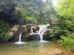 Río y piscinas naturales en la Vall d'en Bas