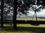 jardin avec balançoires et trampoline