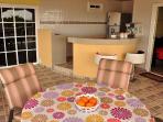 Der Essbereich und die Küchenbar
