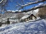Notre maison en hiver, au milieu des champs enneigés. La route et le  chemin d'accès sont déneigés.