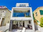 House with sliding windows / doors open
