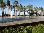 Zonas verdes y fuentes al lado de la playa de Llevant