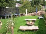 Unser Rustikaler Garten mit vielen Bruchsteinen. Einem Stockbrot steht nichts im Weg.