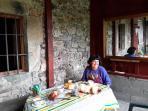 La anfitriona de la casa, Maialen,  dispuesta a recibir con su mejor sonrisa a los huéspedes