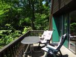 balkon met terrasmeubilair, kussens en parasol