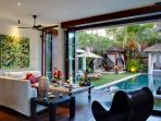 Majapahit Villas - Villa Nataraja - Living and pool