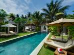 Majapahit - Villa Raj - Garden, pool and bale