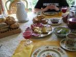 Copieux petits-déjeuners gastro:spécialités du terroir (charcuterie fromage), caffé, thé, yaourt etc