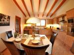 La cucina aperta e moderna è completamente attrezzata con nuovi elettrodomestici.