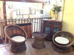 Salottino con vista sulla graziosa cucina in stile Vicoletto