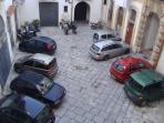 La corte adibito a parcheggio
