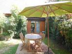 Extérieur Le chalet avec salon de jardin, transats, parasol et barbecue en dur