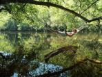 Ontspannen in hangmat boven de rivier de Sioule.