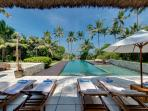 Villa Samadhana - Sun loungers with the ocean view